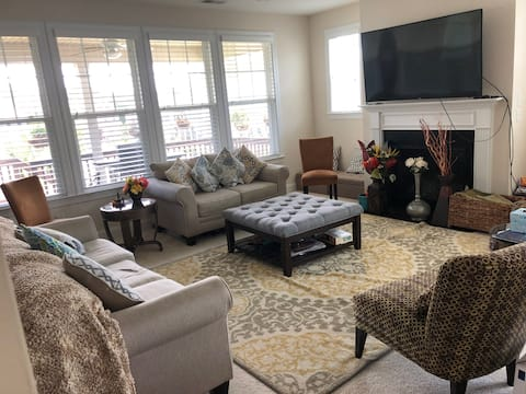 Private room / bathroom in beautiful new Cary home