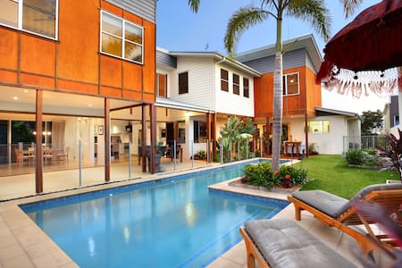 Balinese Waterfront Home close to Mooloolaba Beach - Parrearra
