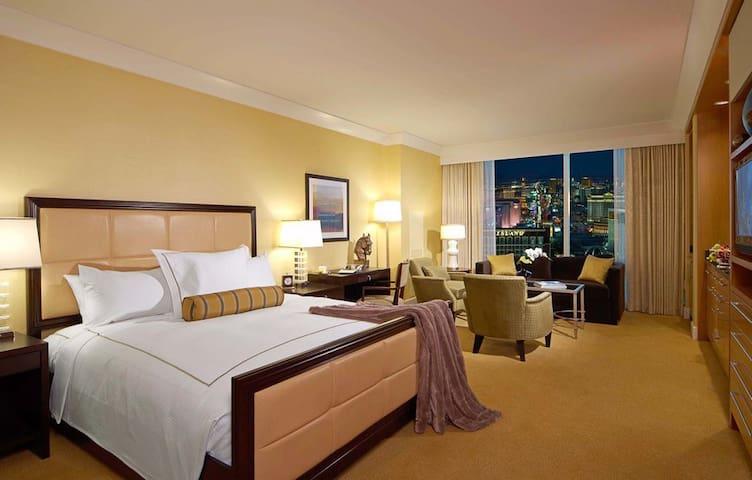 FREE VALET! 5 Star Hotel, 2 Min Walk to Strip!