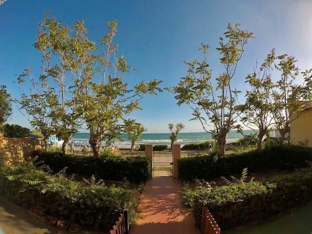 Appartamento sulla spiaggia con posto auto privato