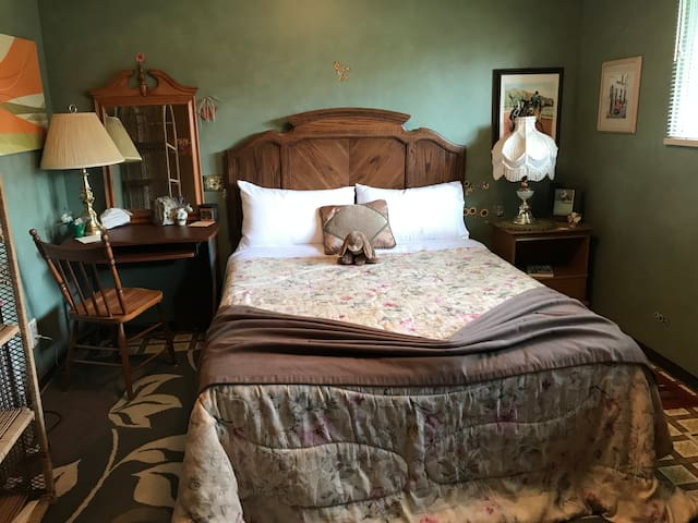 FORT LANGLEY, Queen bed in large room .