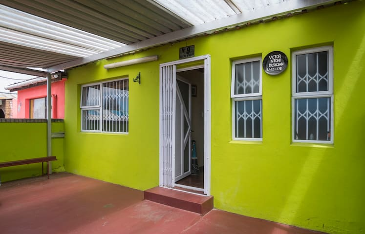 Private Double Duck Room in Lime Green Art House - Cape Town - House