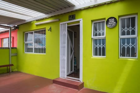 Private Double Duck Room in Lime Green Art House - Cape Town - Rumah