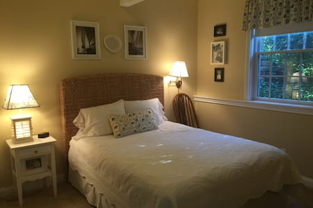 Queen Bed Room + Family Room + Bathroom - Edwardsburg - 단독주택