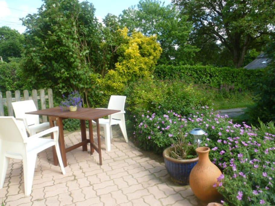 Une petite terrasse privée accueille les visiteurs