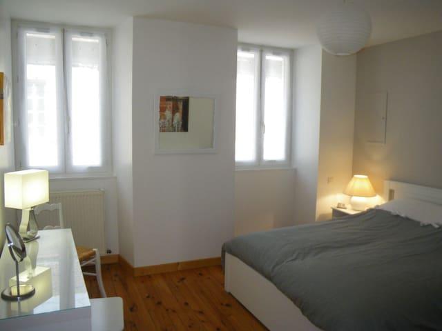 """""""La galerie privée"""" Triplex 5 pers maison de ville"""