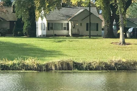 Longview Lake Home- Sleeps 6 - ON THE LAKE!