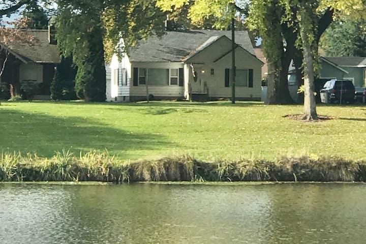 Longview Lake Home- Sleeps 6 - ON THE LAKE!