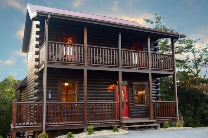 Private Indoor Pool! Family Cabin Pigeon Forge - Fireplace - Hot Tub - Minutes to Local Attractions!