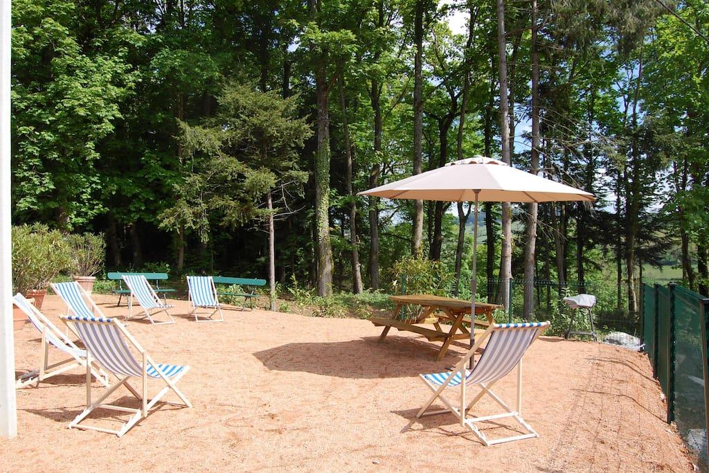 Jardin, avec table exterieur pour 6-8 pers, transats, barbecue, bancs