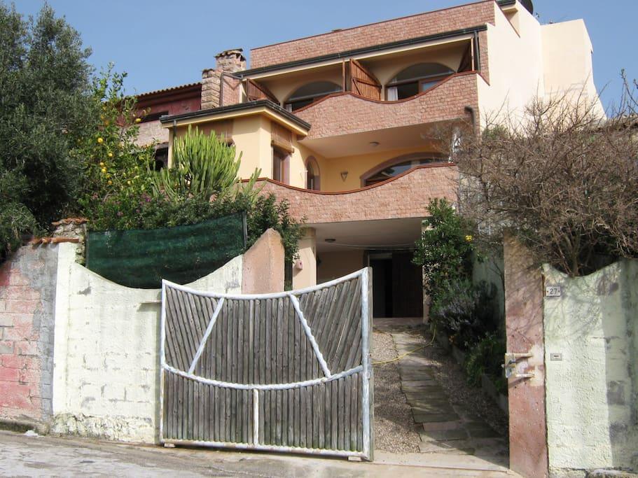 Das Haus Terrassenförmig angelegt,somit hat jedes Doppelzimmer eine eigene Meerblickterrasse