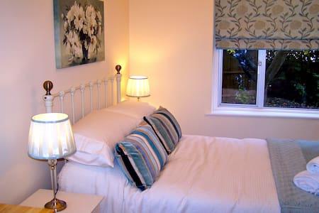 Double En-Suite Bedroom - Street - Ev