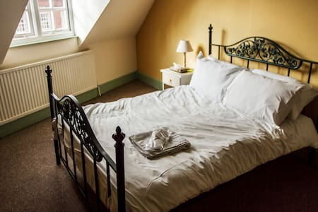 Private Room in very central hostel - Cardiff