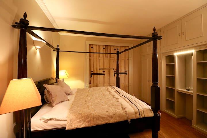 Antique 4 Bedroom Apartment in Chelsea.
