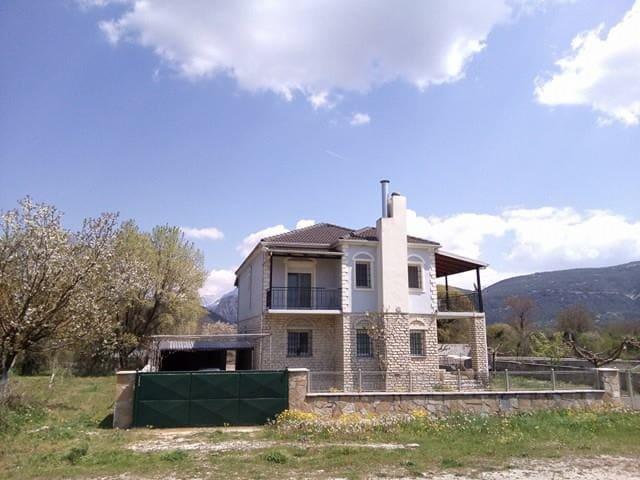 Μονοκατοικία με 3 υπνοδωμάτια,τζάκι, αυλή - Plesia - Rumah