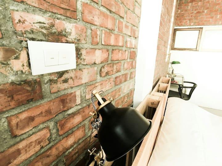 Loft 磚牆陽台房(1-3人) /透天第4樓/專屬陽台/停車方便/瑞豐.巨蛋10分鐘/共享廚房。