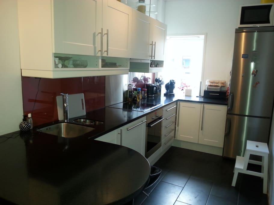 Kjøkken som gjestene kan benytte fritt, de får også egen hylle i kjøleskapet.