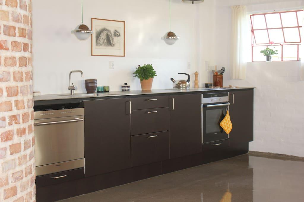 Køkkenet med alle moderne hjælpemidler.