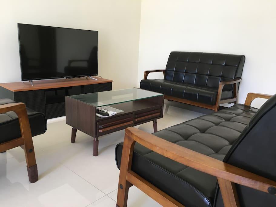 一樓客廳簡單素雅。搭配木頭質感感傢俱的休憩空間