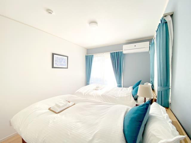 ダブルベッド1つ、シングルベッド1つの103号室