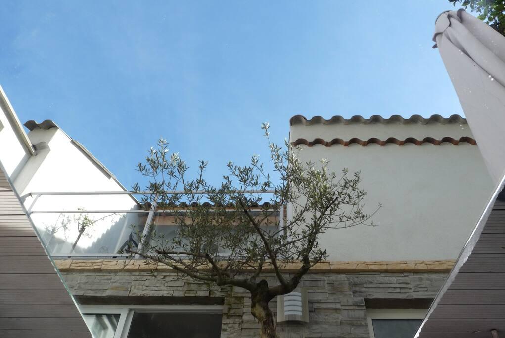 Une maison indépendante séparée par un patio