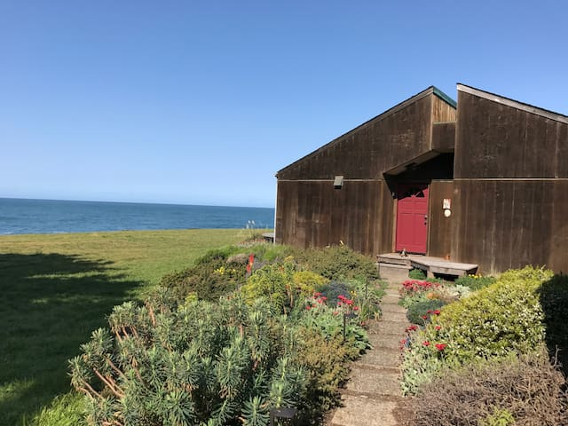 Sea Tower Ocean front 2bd house - 2mi to downtown