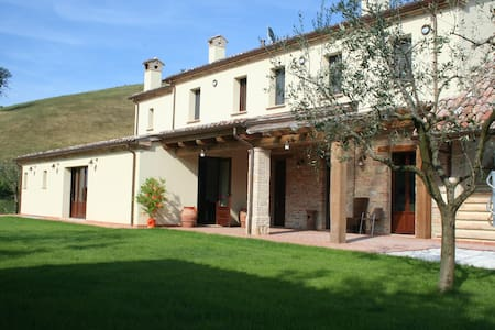 Agriturismo  just steps from Urbino - colbordolo - Bed & Breakfast