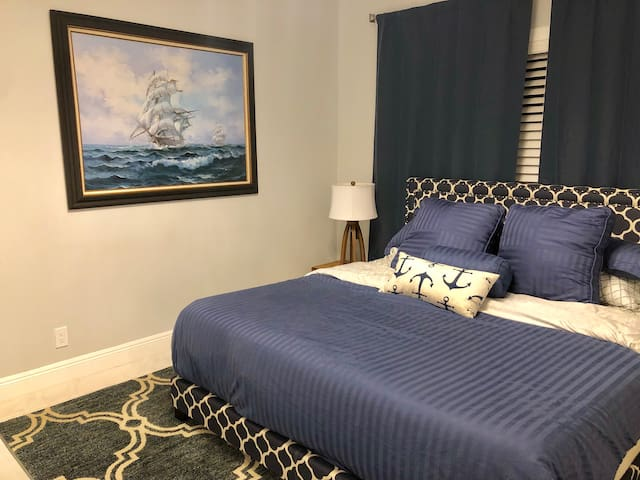 Beautiful Room, King Bed Near Beach & Shops.