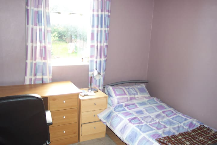 Clean single bedroom in family home - Oxford