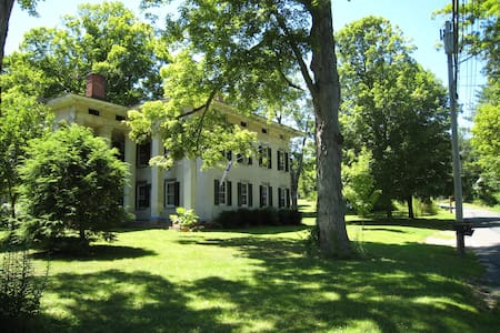 Sunny Room in Historic Mansion - Haddam - Bed & Breakfast