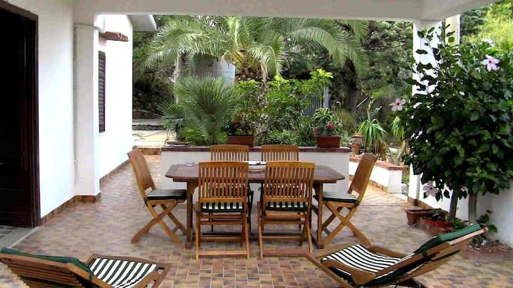 villa con giardino privato