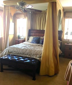 Upstairs Master suite near Hwy 99 - Stockton