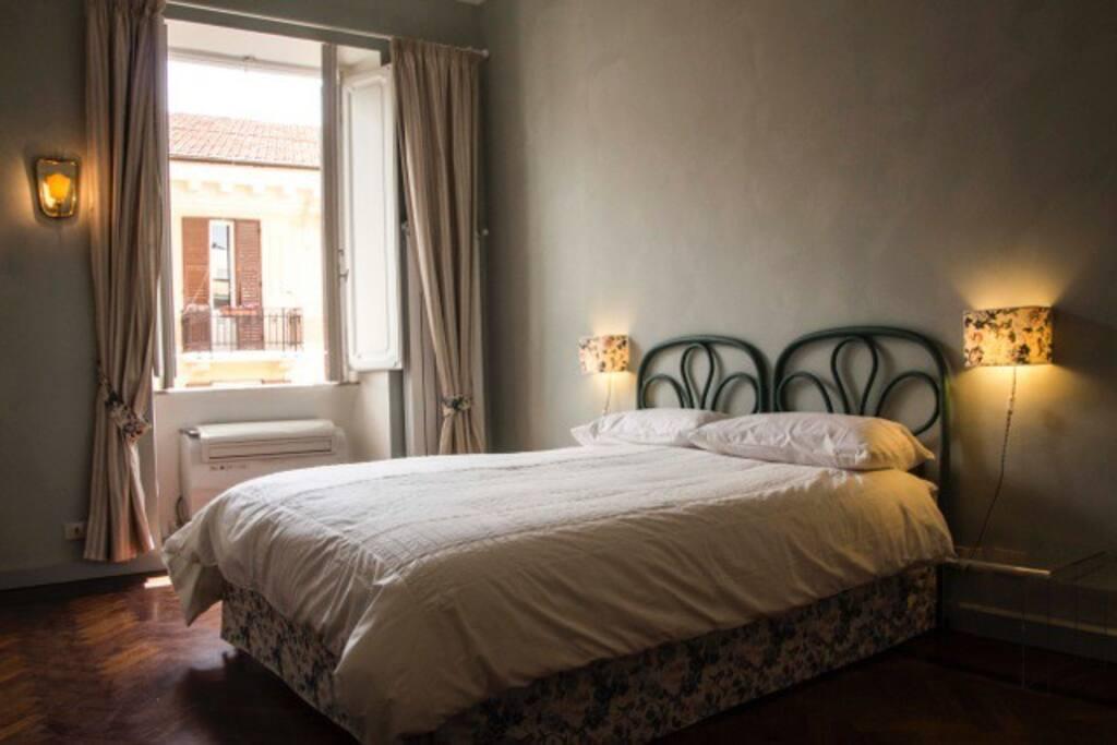 Camera da letto luminosissima e spaziosa!