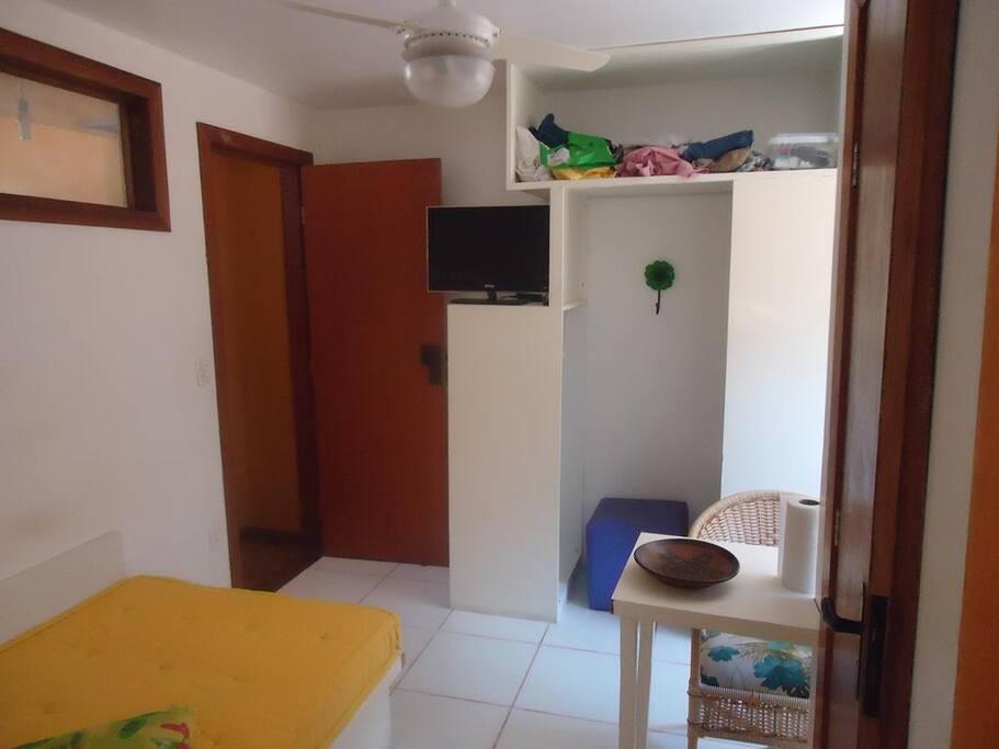 sala,área junto à cama extra da primeira suíte