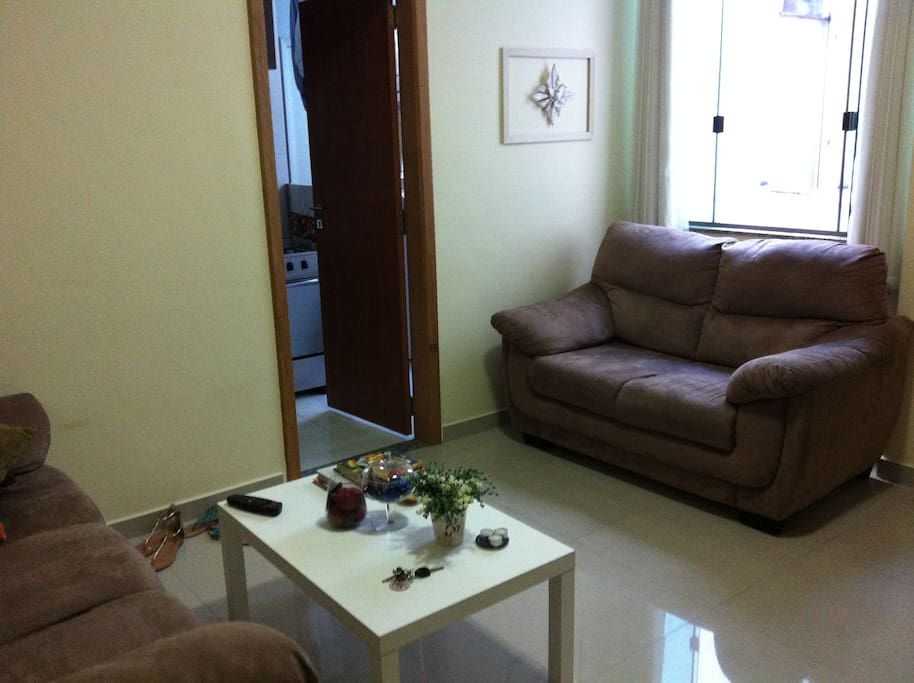 Sala ampla, com 2 sofás, com ar condicionado e tv de 42``, tv a cabo