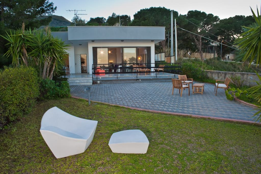 Terrazzo davanti al salone/ Terrace in front of the lounge