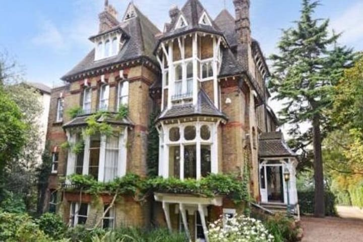 Cosy self-contained flat in Gothic Victorian House - Londres - Apartamento