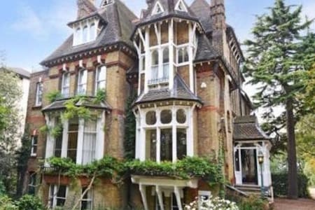 Cosy self-contained flat in Gothic Victorian House - London - Apartment