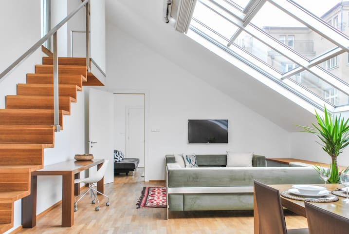 AMAZING AIRY OLD TOWN LOFT