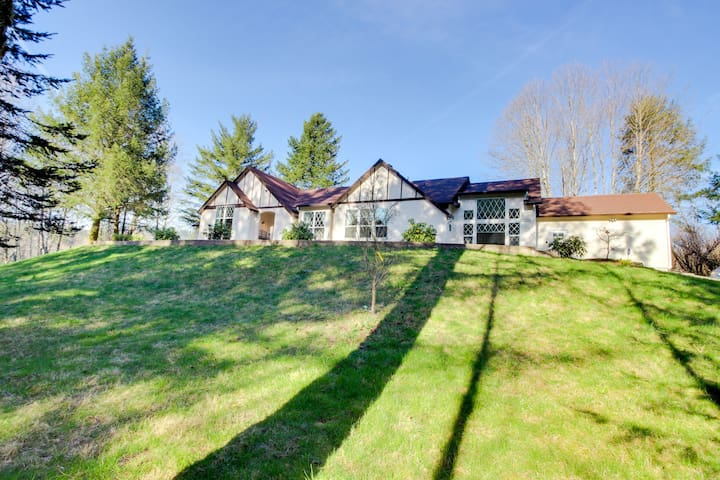 Luxury home w/ a private hot tub, four acres of gardens, weddings