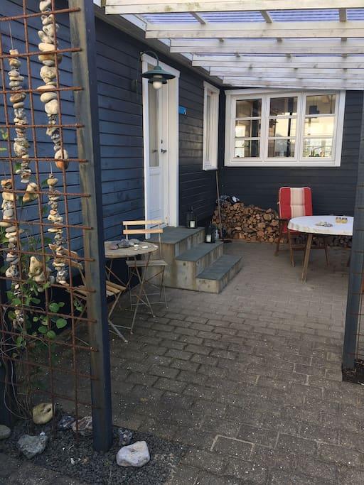 Overdækket terrasse foran huset