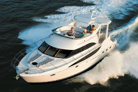 Stay in Avalon on a 47' Yacht - 船