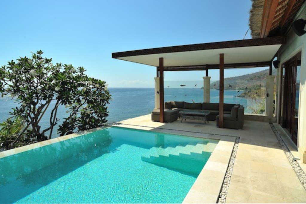 la lounge et terrasse devant la suite