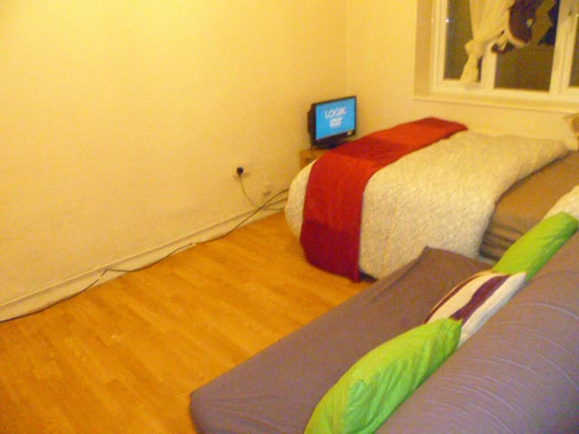 LONDON LEY'S 1BED FLAT SLEEPS 2-6.  5MINS TO TUBE.
