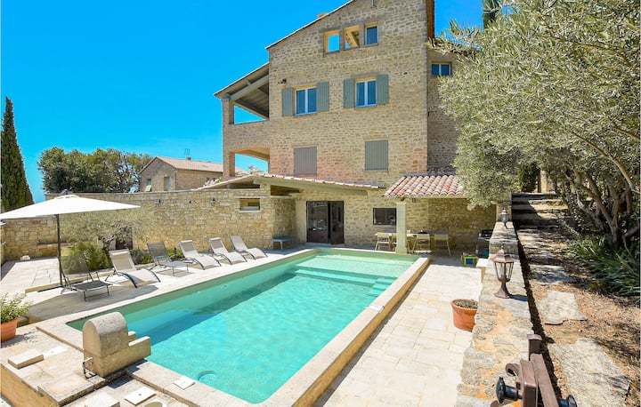 Beautiful home in Le Barroux with WiFi and 5 Bedrooms