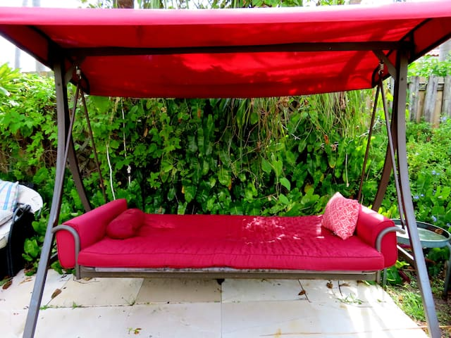 Swing in a bed for 2, see the stars, the full moon, the butterflies & nature beautiful blooming flowers. Paradise Home!