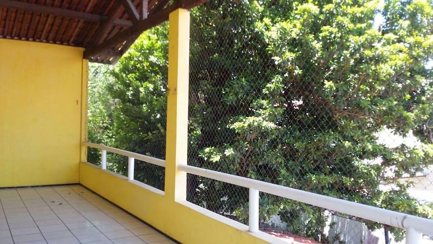 Caasa ampla, arborizada, confortável e ventilada.