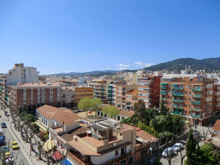 Desde el balcón, espectaculares vistas, con todos los servicios a píe de calle.
