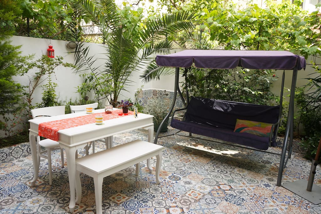 Our guests may chill out in the garden which is accessed from living room.Some time the garden can come to the cat.