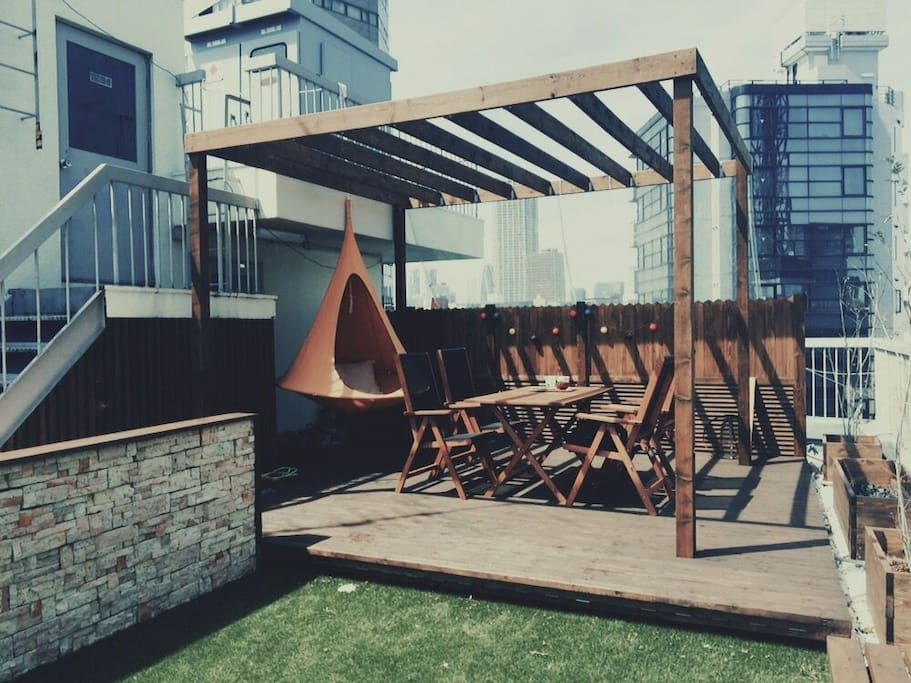 There is a rooftop garden.You can bring food and drinks to parties.